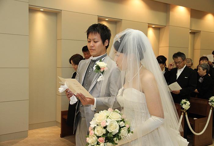 神父さんの前で愛を誓い、改めて結婚したんだと実感しました