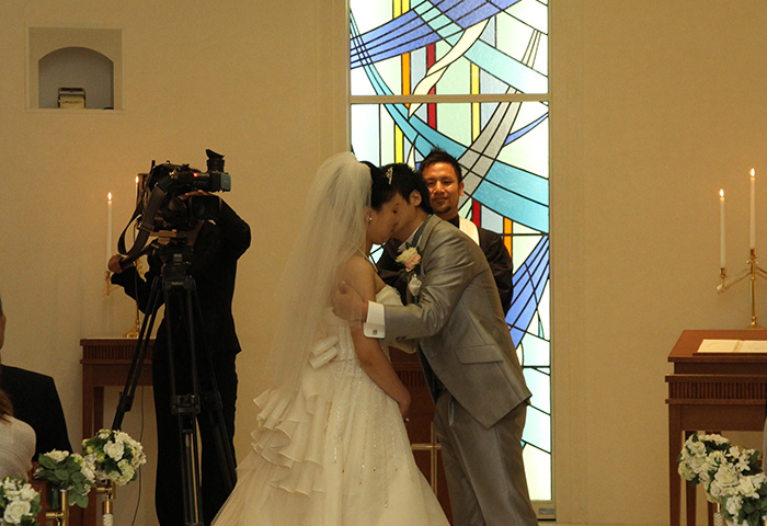 みんなの前での誓いのキスはとても恥ずかしかったです