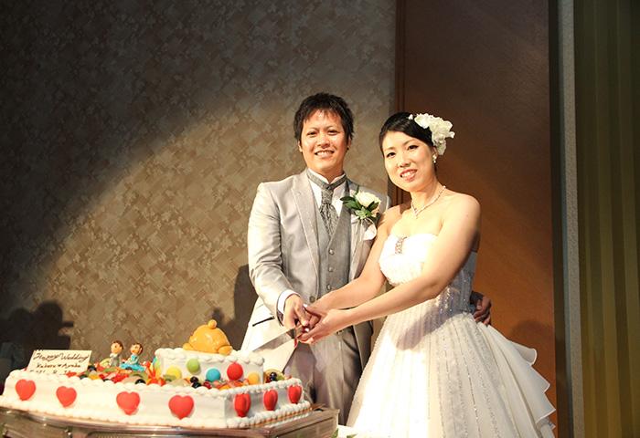 ウエディングケーキ入刀では、カメラがいっぱいでどこを見ていいか分からなくなりました